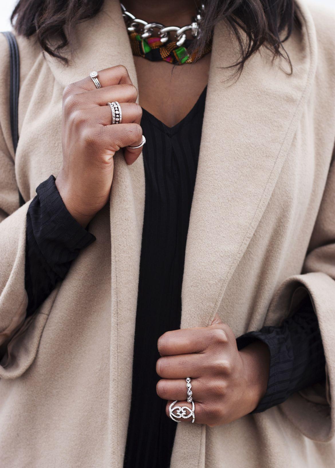 Golden Connexion : jupe plissée versus combinaison rayée